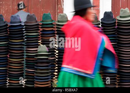 Hat stallo in mercato, Trilby cappelli, Guamote, nr Riobamba, Highlands Centrali, Ecuador Immagini Stock