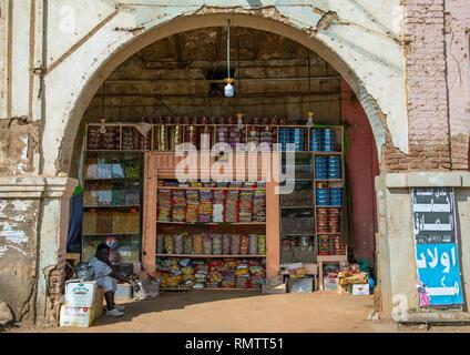 Shop sotto un portico nel mercato, Stato di Khartoum, Omdurman, Sudan Immagini Stock