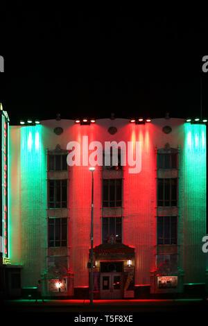La facciata della notte illuminata colorato Museo di Hollywood a Hollywood Boulevard sul dicembre 27, 2015 a Los Angeles. Immagini Stock