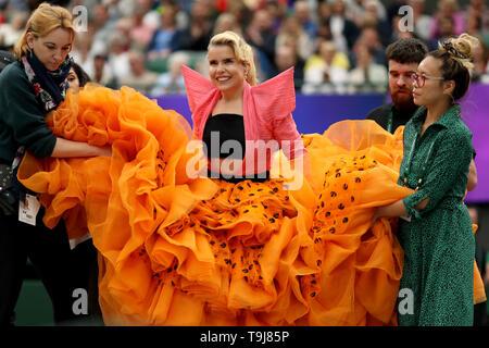 Londra, Regno Unito. Il 19 maggio 2019. Wimbledon Tennis Giocatori Day; Paloma la fede è aiutato per la fase di eseguire per i tifosi Credit: Azione Plus immagini di sport/Alamy Live News Immagini Stock