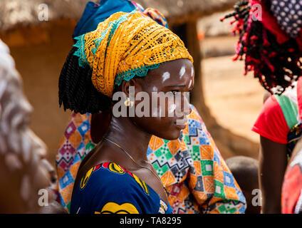 Tribù di Dan donna celebra il filato raccolto in un villaggio, Bafing, Godoufouma, Costa d'Avorio Immagini Stock