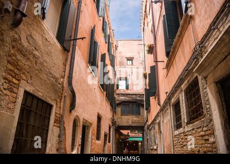 Edifici lungo una strada, Venezia, Veneto, Italia Immagini Stock