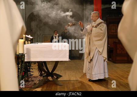 Il Giovedì Santo la celebrazione in un parigino chiesa cattolica, Parigi, Francia, Europa Immagini Stock