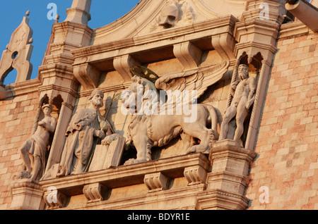 Il leone alato ,visto qui sulla Porta della Carta di Palazzo Ducale,è il famoso simbolo di Venezia,Venezia Immagini Stock