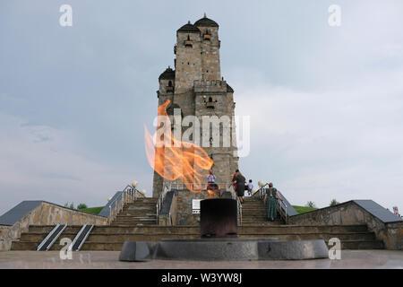 Il monumento conosciuto come le nove torri composta da più torri come ogni torre di avvistamento rappresenta un significativo clan in Inguscezia messi a Nazran Memorial per la Repubblica di Inguscezia e la Repubblica dei ceceni deportazione situato nella Repubblica di Inguscezia nel Nord Caucaso Distretto federale della Russia. Immagini Stock