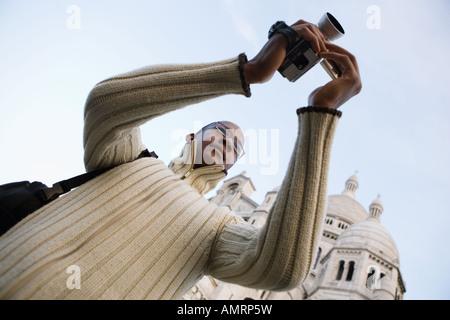 Basso angolo di visione dell'uomo africano di registrazione video Immagini Stock
