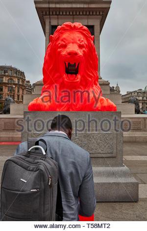 L'uomo interagendo con statua. Si prega di alimentazione del Lions - London Design Festival 2018, Londra, Regno Unito. Architetto: es Devlin, 2018. Immagini Stock