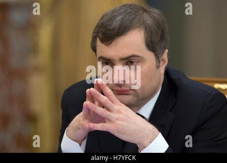 1313479 12/13/2012 Il Vice Primo Ministro, capo del governo Ufficio esecutivo Vladislav Surkov davanti al russo Immagini Stock