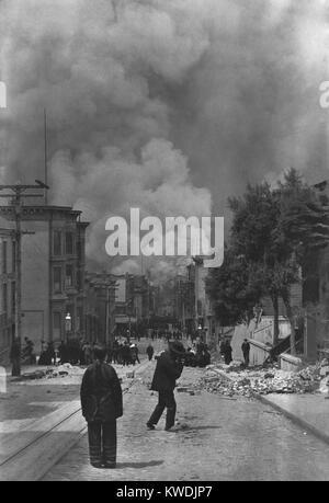Residenti cinesi di San Francisco guardando il fuoco a seguito del terremoto del 18 aprile 1906. In lontananza sono Immagini Stock