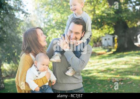 Famiglia con due bambini in posizione di parcheggio Immagini Stock