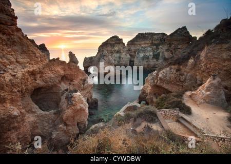 Ponta da Piedade mare pile e archi catturata a sunrise, Portogallo. Immagini Stock