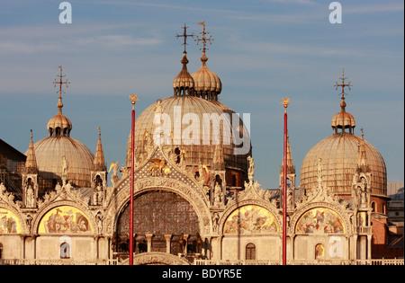 Le cupole della Basilica di San Marco, Venezia,bagliore dorato del sole serale Immagini Stock
