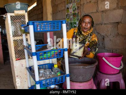 Donna sudanese vendita del caffè in strada, rosso lo stato del Mare, Porto Sudan Sudan Immagini Stock