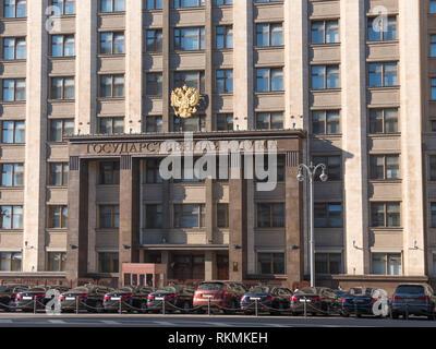La facciata della Duma di Stato, il palazzo del parlamento della Federazione russa, un punto di riferimento nel centro di Mosca Immagini Stock