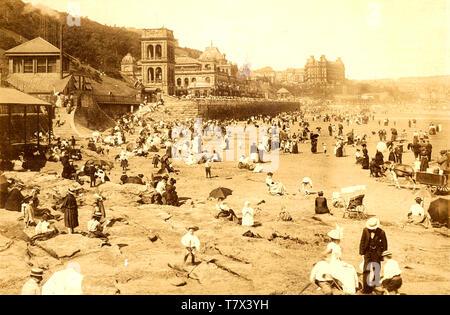 Spiaggia a Scarborough, nello Yorkshire, circa 1890 Immagini Stock
