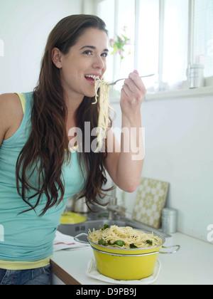 Bruna giovane donna mangiare spaghetti Immagini Stock