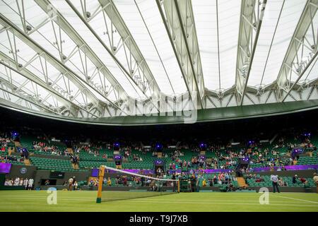 Londra, Regno Unito. Il 19 maggio 2019. Wimbledon Tennis Giocatori giorno; il nuovo tetto era chiuso sulla corte 1 a causa della pioggia Credit: Azione Plus immagini di sport/Alamy Live News Immagini Stock