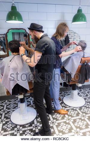 Barbieri cliente di taglio dei capelli Immagini Stock