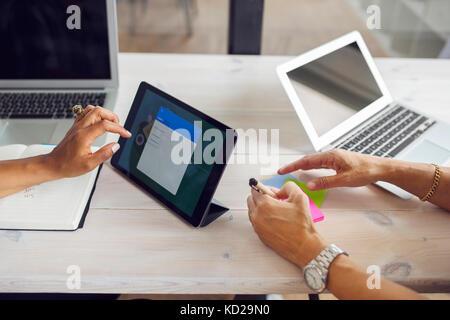 La donna seduta a tavola in office Immagini Stock