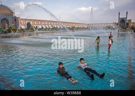 Isfahan, Iran. 16 Luglio, 2019. I bambini stessi cool off in acqua in un giorno caldo in Isfahan, Iran, 16 luglio 2019. Credito: Ahmad Halabisaz/Xinhua/Alamy Live News Immagini Stock