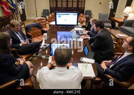 Il presidente Barack Obama (centro, torna alla telecamera) in un live Twitter sessione di domande e risposte. Roosevelt Immagini Stock