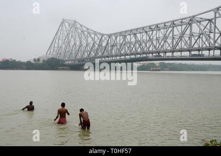 Gli uomini la balneazione nel fiume hooghly, Calcutta, West Bengal, India, Asia Immagini Stock