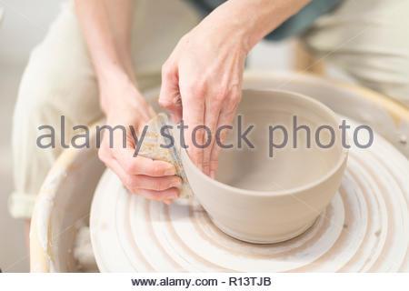 Sezione mediana di una donna che lavorano in cucina Immagini Stock