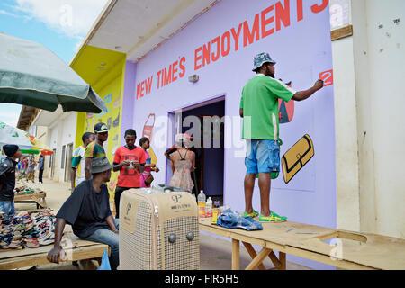 L'uomo decorare (pittura) un negozio facede al mercato Kamwalan, Lusaka. Immagini Stock