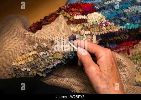 Regno Unito, Cumbria, York, Farfield Mill, mani di artista tessile rendendo rag rug da Harris Tweed ritagli Immagini Stock