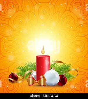 Natale biglietto di auguri con candela rossa, verde ramo di abete bianco e decorazioni su uno sfondo arancione. Immagini Stock