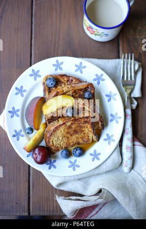 French Toast e frutta in una piastra bianca Immagini Stock
