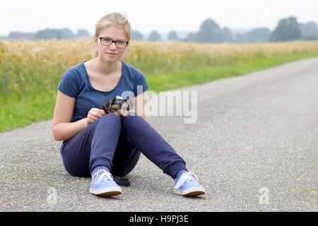 Giovane ragazza e il suo cane Immagini Stock
