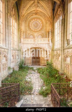 Vista interna di un abbandonato cappella gotica in Francia. Immagini Stock
