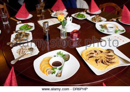 Un assortimento di piatti serviti in un ristorante Immagini Stock