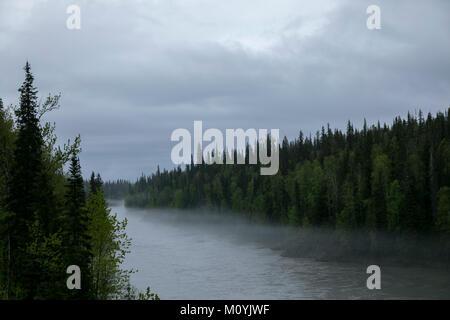 La nebbia oltre il fiume Immagini Stock
