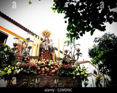 Un immagine della Vergine del Carmelo è visualizzato durante la Semana Santa in Prado del Rey, Cadice, Andalusia, Spagna Immagini Stock