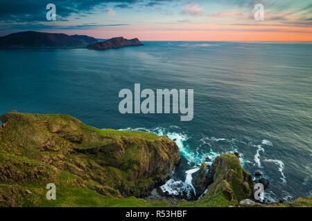 Serata primaverile presso l'isola Runde sulla costa atlantica occidentale, Møre og Romsdal, Norvegia. Immagini Stock