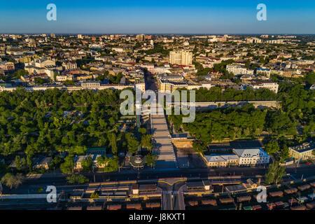 Drone elevata immagine del Potemkin Scale e prymorski boulevard con istanbul pakr e la skyline di odessa dietro. Immagini Stock