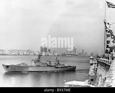 Una nave da guerra sovietica entra nel porto di La Habana Immagini Stock