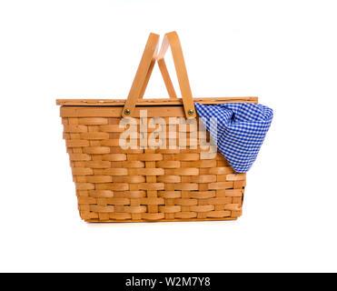 Un marrone vimini Cesto picnic su un fondo bianco con un panno gingham Immagini Stock