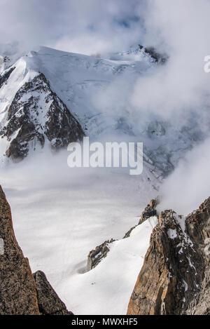 Guardando verso il basso per la Vallee Blanche e il Rifugio Cosmétiques, Chamonix Haute Savoie, Rhone Alpes, Francia Immagini Stock