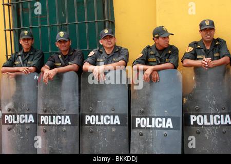 Controllo della folla di polizia con scudi antisommossa a Lima, la capitale del Perù Immagini Stock
