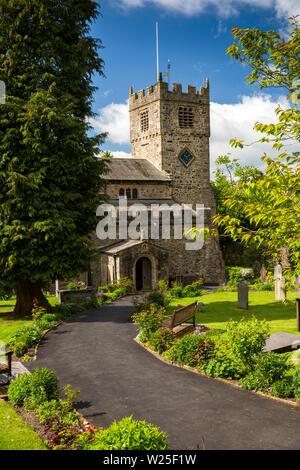 Regno Unito, Cumbria, York, Finkle Street, Sant'Andrea Chiesa Parrocchiale fiori allineati al percorso di ingresso porticato all inizio di estate Immagini Stock
