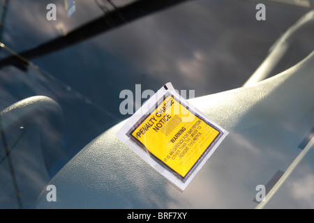I biglietti per il parcheggio,pena avviso di carica Immagini Stock