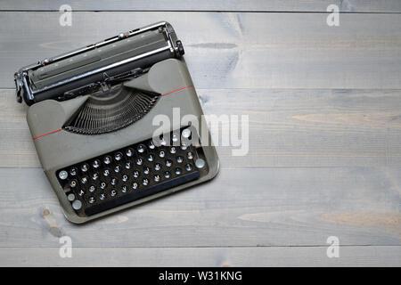 Retrò vecchia macchina da scrivere sul tavolo di legno sfondo Immagini Stock