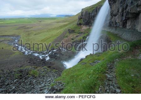 Una cascata vicino Vatnajokull. Immagini Stock
