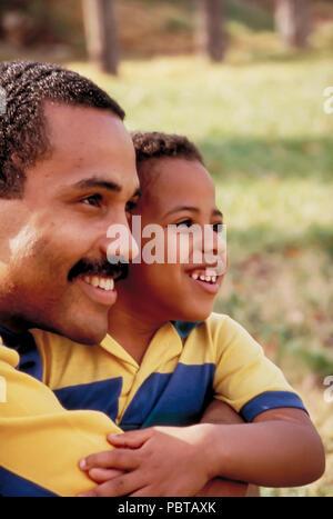 Padre e figlio guardando in lontananza il signor © Myrleen Pearson ....Ferguson Cate Immagini Stock