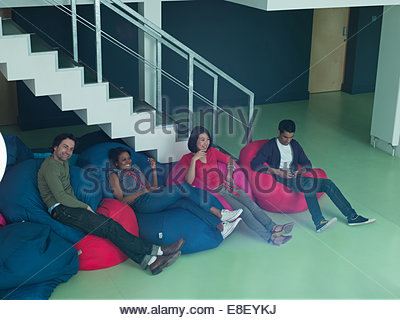 La gente di affari in bean bag sedie Immagini Stock