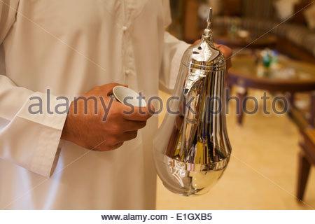 Arab tenendo una caffettiera in argento Immagini Stock