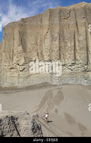 Ragazzo correndo giù gigantesche dune di sabbia Immagini Stock